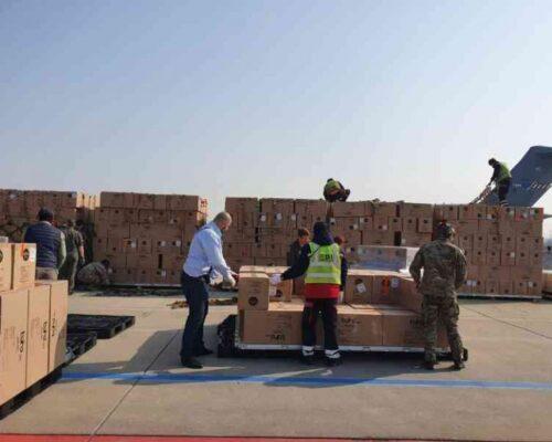 MApN: Al doilea transport cu 45 de tone de echipament medical a ajuns pe aeroportul Otopeni